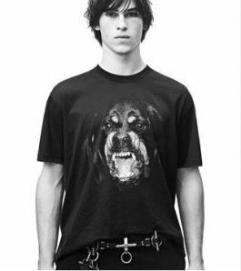 Camiseta print Rottweiller Givenchy. (www.givenchy.com)