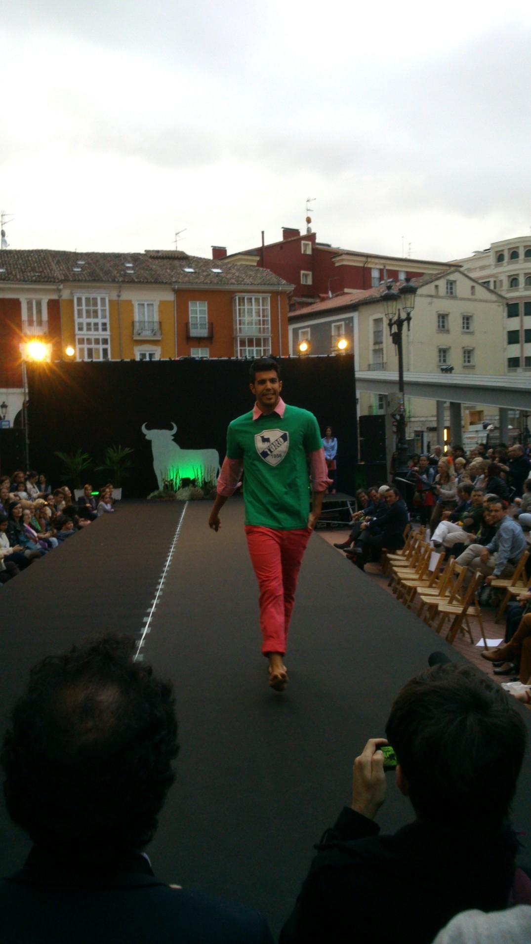 El modelo Iker Andrés. Pantalón rosa y camiseta verde, línea jóven Toro.