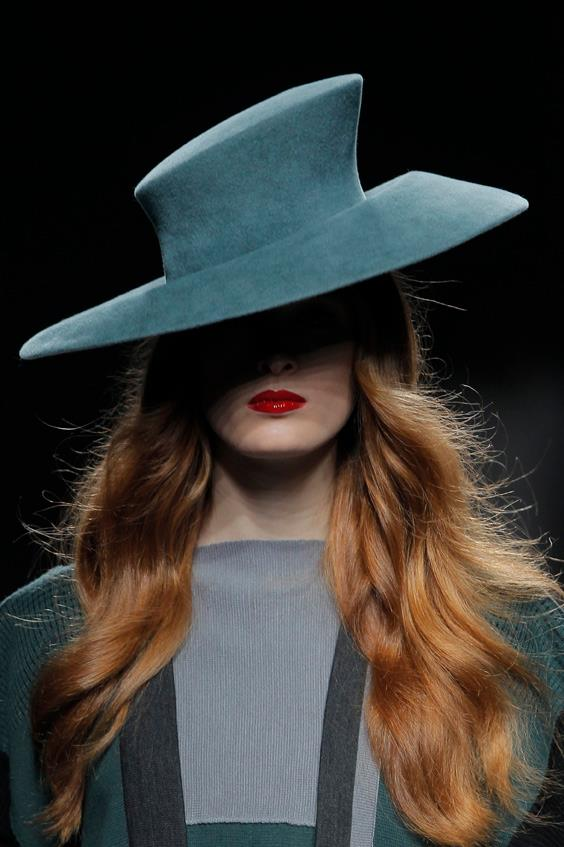 """Sombrero asimétrico diseñado por Ion Fiz - Colección """"Sui Generis""""Otoño - Invierno 2013 (www.ionfiz.com)."""