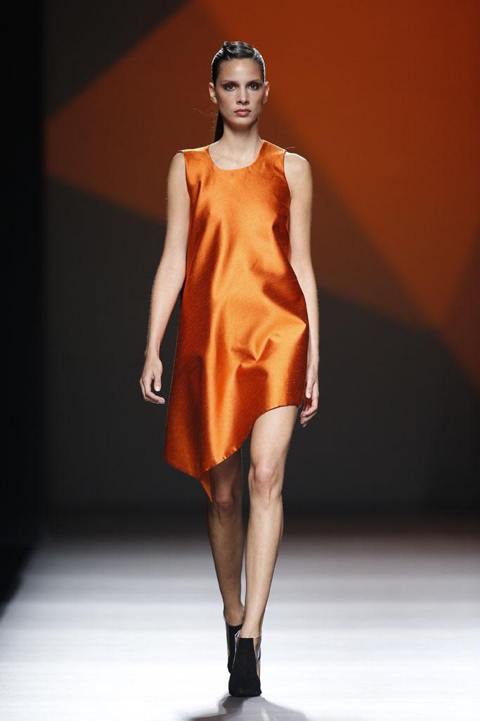 Vestido naranja diseñado por Amaya Arzuaga. Pasarela MBFWM 2013. (www.vogue.com).