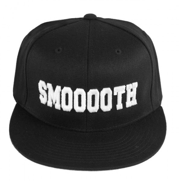 Gorra con bordado de Smooooth también disponible en negro (www.smoooothclothing.com).