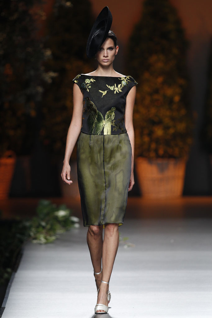 Vestido verde diseñado por Ion Fiz Pasarela MBFWM 2013. (www.vogue.com).