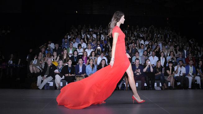 Precioso vestido rojo intenso diseñado por Juanjo Oliva. Pasarela MBFWM 2013. (www.divinity.es). Blog de Pepino y Crawford.