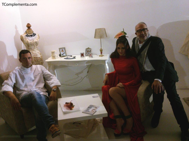 Diseño de Andrés Sardá para Navarra Fashion Week 2013 - Modelo posando con el cocinero y plato del restaurante Maher y el peluquero Javier de las Palas. (Fotgrafía Ismael Pérez Arana - TComplementa.com).