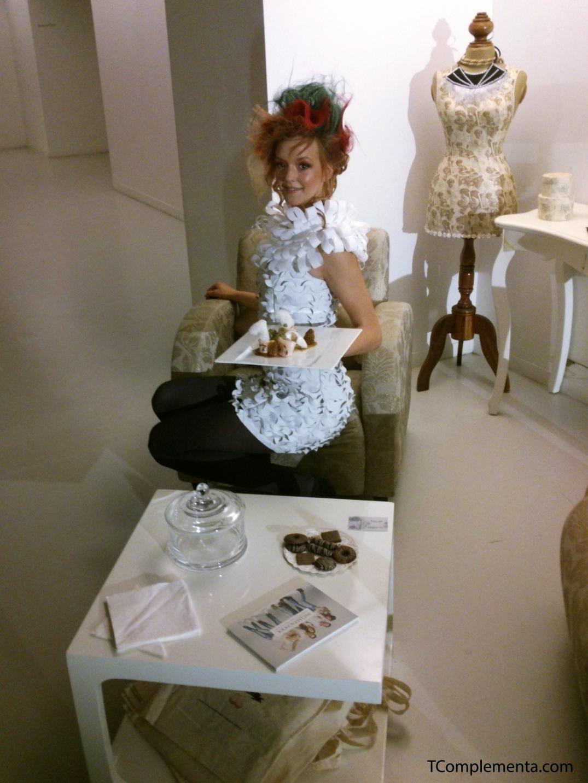 Diseño de Edurne Ibáñez para Navarra Fashion Week 2013 - Modelo posando con el plato del restaurante Beti Jai. (Fotgrafía Ismael Pérez Arana - TComplementa.com).