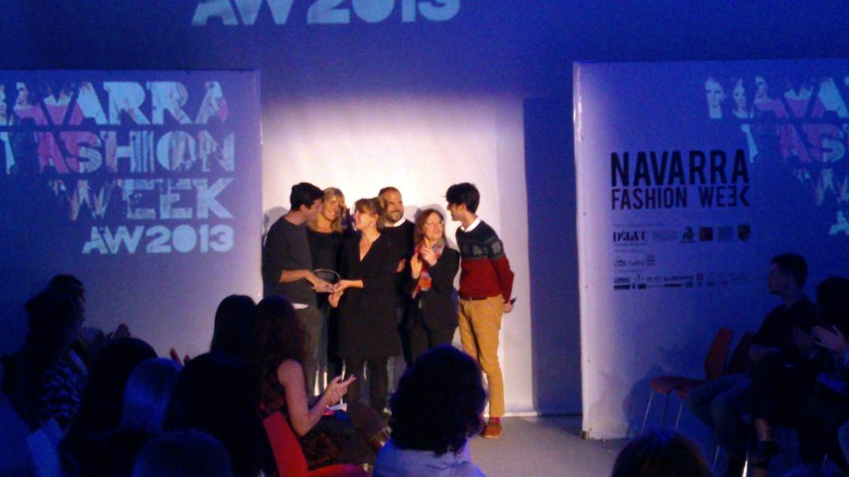 Los ganadores de Navarra Fashion Week 2013: Edurne Ibáñez y Mikel Colás, recibiendo el galardón por parte de los miembros del jurado.