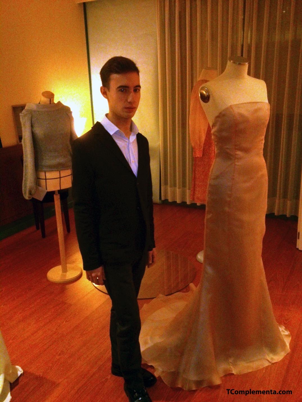 Antonio Martínez posando junto a sus vestidos - Fotografía de Ismael PérezArana