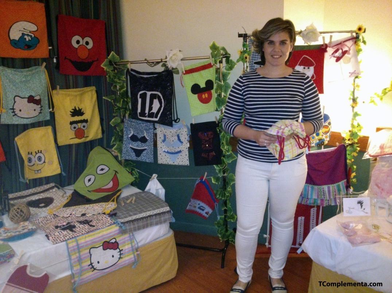 La diseñadora Sandra Arnedo posando junto a sus creaciones - Fotografía de Ismael Pérez Arana.