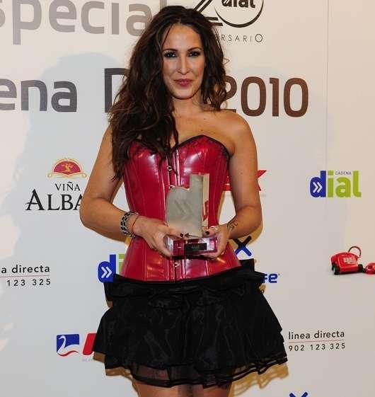 La cantante Malú posando con un diseño de Penélope Almendros - Fotografía cedida.