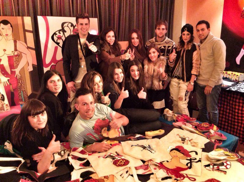 Javier Torija Vela y todos los Bloggers posando en la habitación de  Mis Gitanas - Fotografía cedida por Mis Gitanas.
