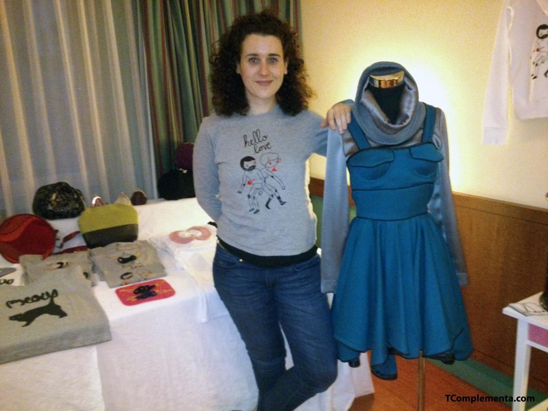La diseñadora Penélope Almendros posando junto a un vestido y camisetas de su marca - Fotografía de Ismael Pérez Arana.