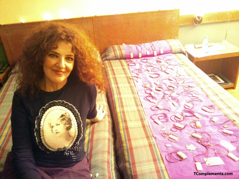 Artelú - Luisa Maesso posando junto a su colección  -Fotografía de Ismael Pérez Arana.