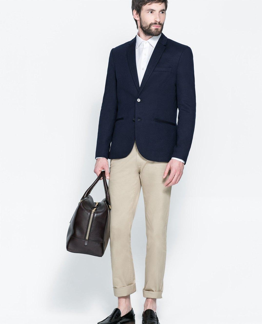 Blazer azul tinta combinada con pantalón beige y zapato negro de zara.com