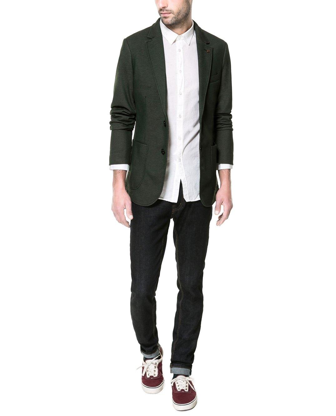 Blazer verde combinada con vaquero negro y zapatilla deportiva granate de Zara.com