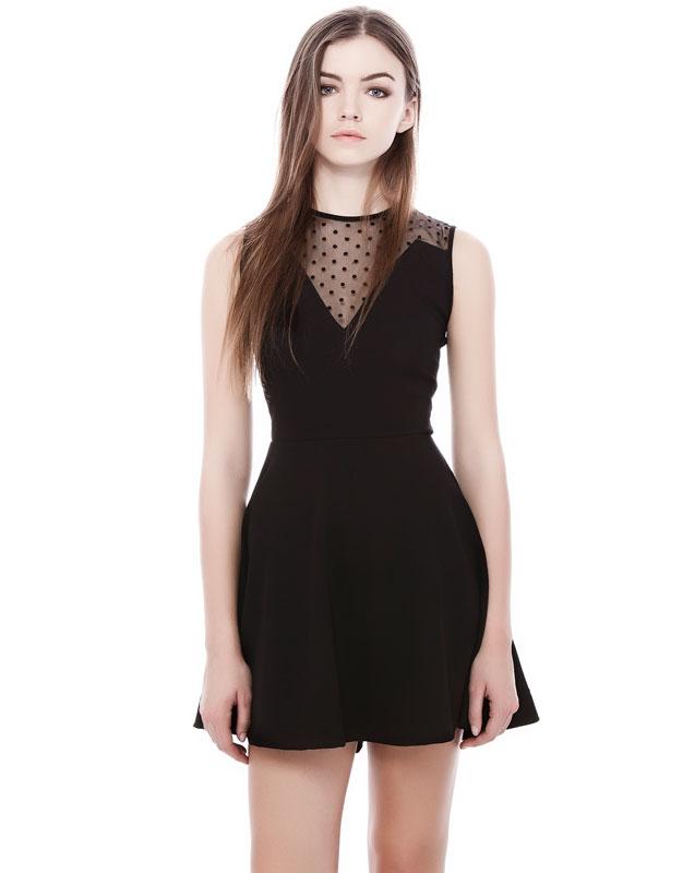 Vestido negro con escote transparente