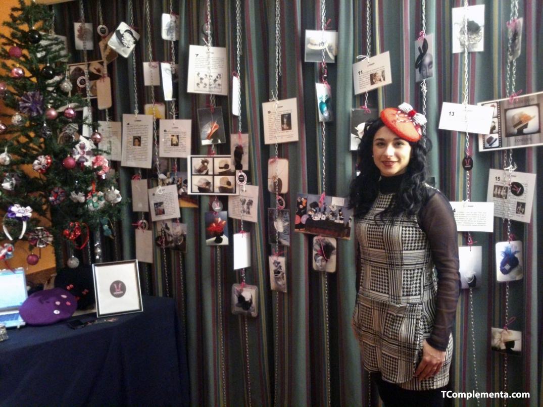 La diseñadora Vanesa Alfaro posando junto a la pieza de exposición que creó - Fotografía de Ismael Pérez Arana.