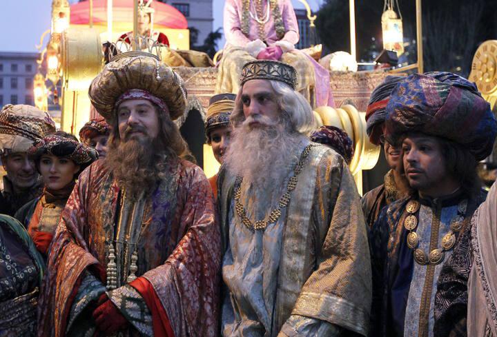 Melchor, Gaspar y Baltasar en la Cabalgata de Reyes de Madrid. Fotografía de Chema Moya (rtve.es).