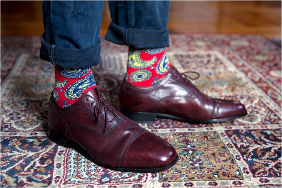 Calcetines Happy Socks combinados con zapatos y vaqueros