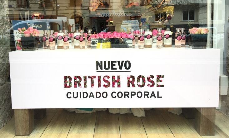 Escaparate de The Body Shop presentando su nueva linea British Rose en su 40 aniversario.