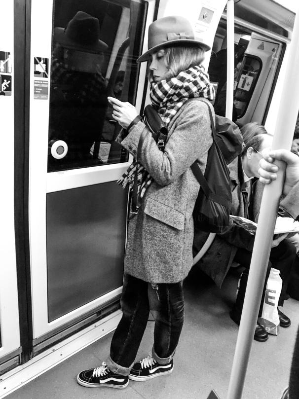 Metro Madrid - LÍNEA 4 - OLE OLE OLE!!! FAN TOTAL! ABRIGO DE PAÑO, SOMBRERO, BUFANDA Y VANS!!! NOS ENCANTA!