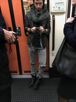 Metro Madrid - LÍNEA 1 - Bufanda, chaqueta de Piel, pantalón roto y botas... ¿Qué nos sobra en el outfit? La bufanda!