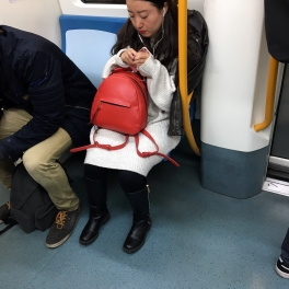 MADRID- Línea 2 - El contraste de la mochila con el blanco y el negro nos rechifla! Muy TOP!!